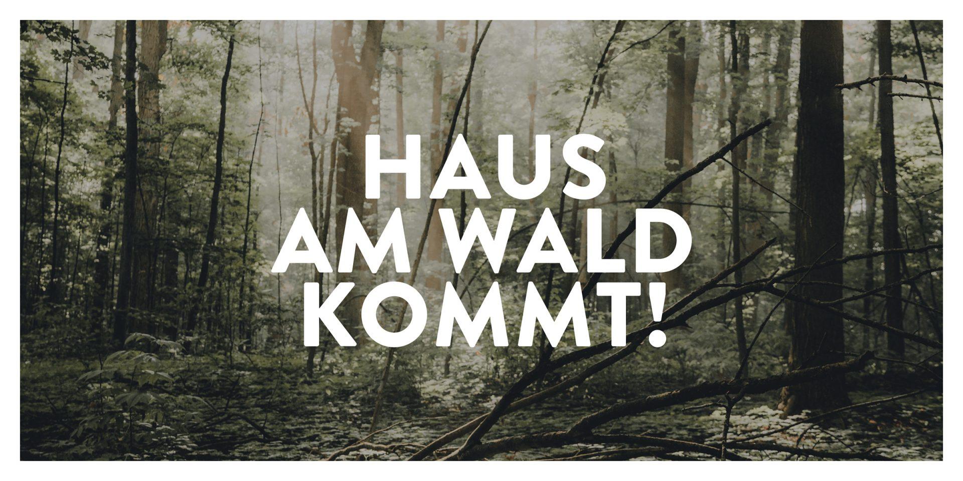 """Foto eines Waldes mit Text """"Haus am Wald kommt!"""""""